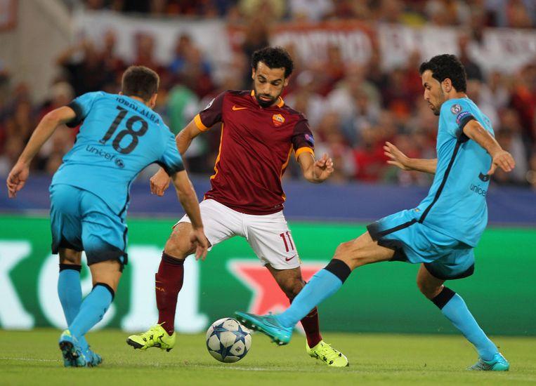 Mohamed Salah (midden) van AS Roma probeert balbezit te krijgen. Beeld getty