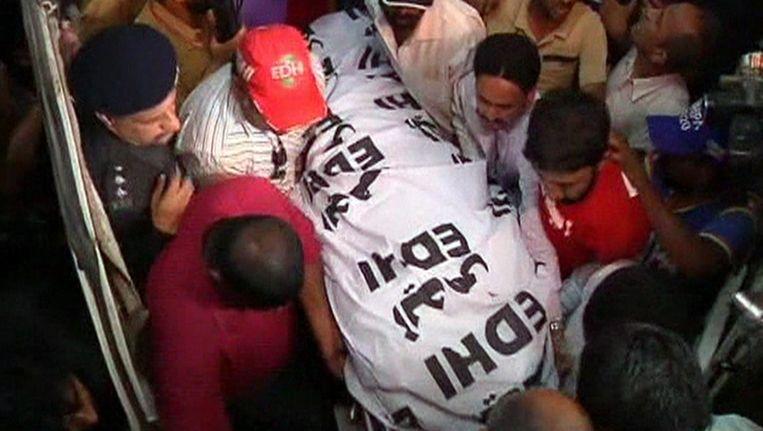 Het lichaam van Zahra Shahid Hussain wordt overgebracht van een ambulance naar een ziekenhuis in Karachi. Beeld reuters