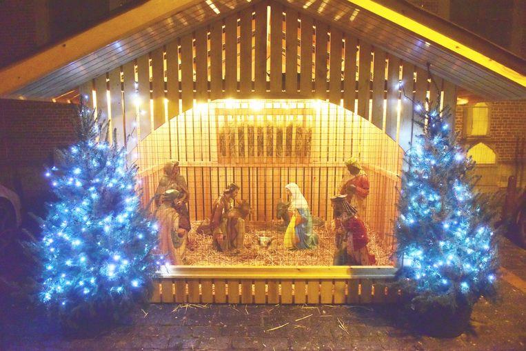 De kerststal met beelden en tralies staat al sinds gisteren te blinken op het Marktplein