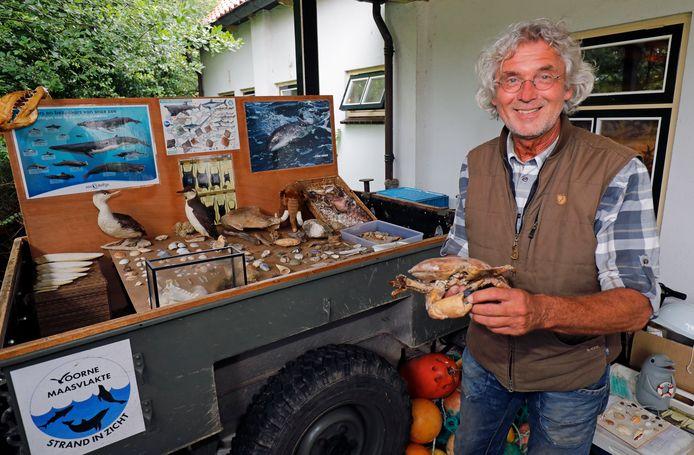 Ad van den Berge met zijn voorlichtingsmateriaal waarmee hij uitleg geeft over zijn werk als zeehondenwacht