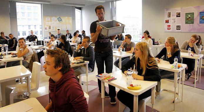 Mobiele telefoons worden verzameld in een klas van het Leidsche Rijn College voorafgaande aan de eerste eindexamens.