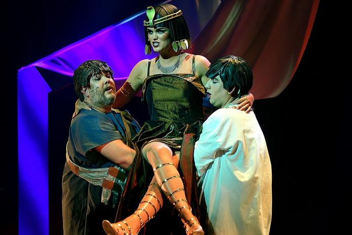 Theatervoorstelling Cleopatra van Max Mini in de Nieuwe Nobelaer in Etten-Leur is van hoog niveau.
