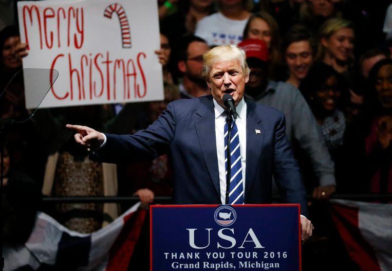 Tijdens een bijeenkomst in Michigan, afgelopen vrijdag, spreekt Trump over de jaarlijkse discussie in de VS of je 'Vrolijk kerstfeest' of 'Prettige feestdagen' moet zeggen. Beeld AP