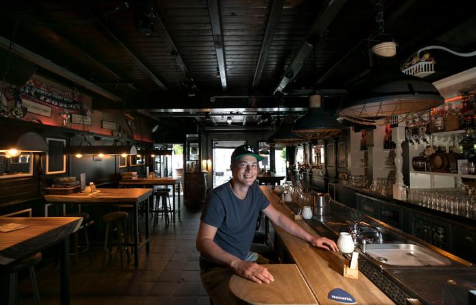 Daan Bas in zijn café in Aalst.