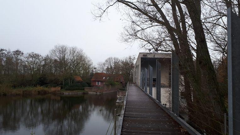 Over de vijver loopt een brug vanaf Ter Reigerie naar het vroegere architectenbureau.
