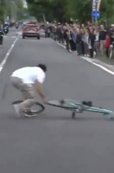 Onverlaat gooit fiets op de weg: fan redt Giro-renners