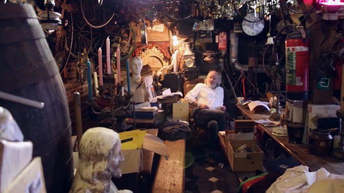 """VIDEO: """"Ik heb één zetel. En mijn kat, daar hebben ze ook iets tegen"""": op bezoek in 'het vuilste café van Gent'"""