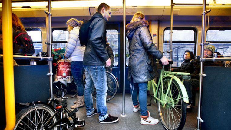 Reizigers met fietsen in Metro 51. Beeld Jean-Pierre Jans