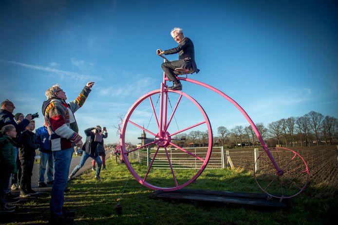 Burgemeester Hans Verheijen ontving in 2016 ongeveer halverwege zijn burgemeesterschap de Giro d'Italia in zijn gemeente. Tijdens de voorbereidingen poseerde hij op een roze fiets in Batenburg.