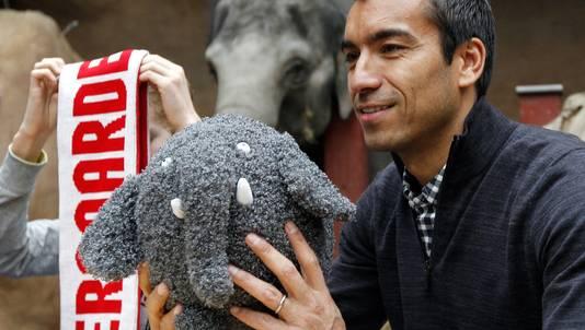 Oud Feyenoordspeler Giovanni van Bronckhorst met speelgoedolifant Olli in het olifantenverblijf van diergaarde Blijdorp. Olli is het symbool van de campagne van Feyenoord en de dierentuin.