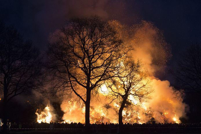 Paasvuur in Dijkerhoek, in 2017. Dijkerhoek verslaat dat jaar Espelo in de strijd om het grootste paasvuur van het land.