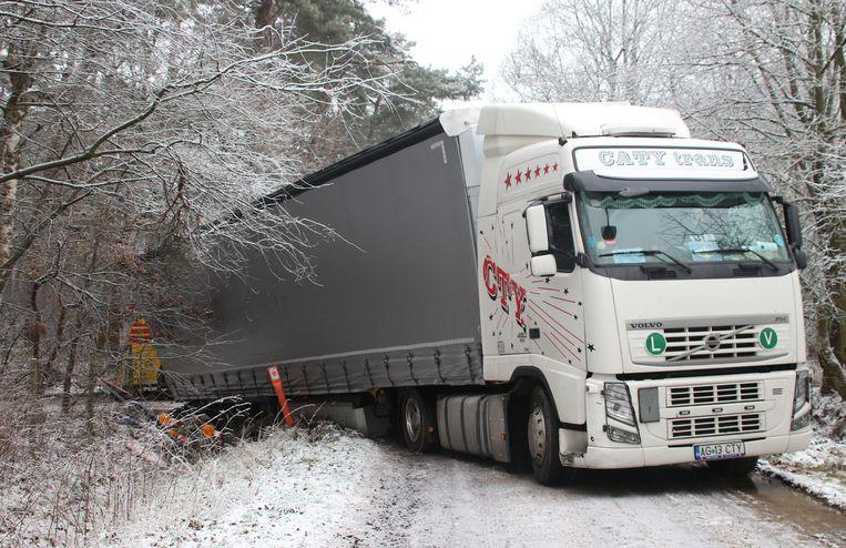 De Roemeense bestuurder kwam met de achterste wielen van zijn vrachtwagen in de gracht terecht.