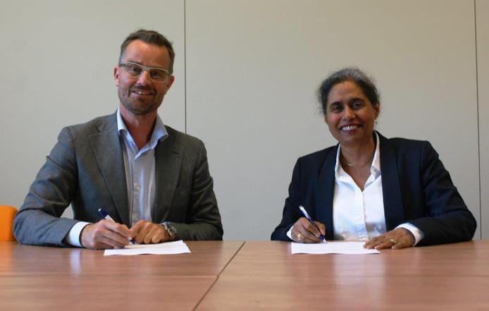 Wethouder Raimond de Prez en Iris Bandhoe van GGZ Delfland ondertekenen de samenwerkingsbijeenkomst.