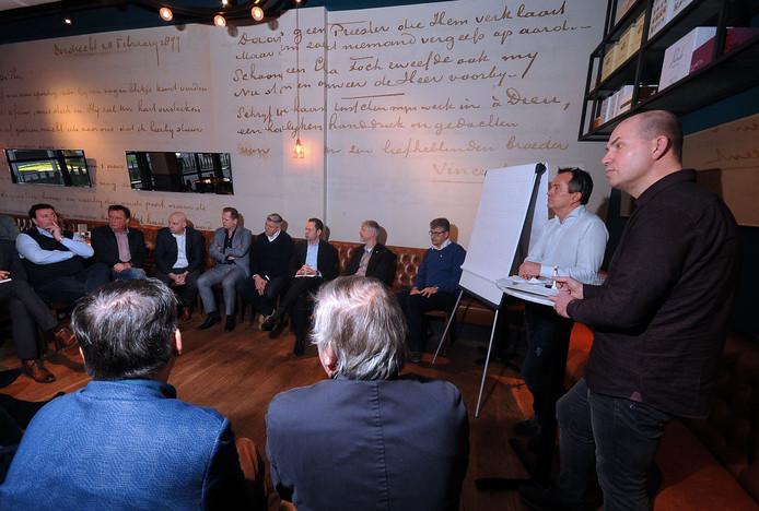 Roestenberg (tweede rechts) en Verburg (eerste rechts) praten met de aanwezigen.