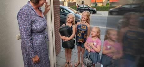 Vera (9), Iris (7) en Marit (4) geven graag hun slaapzak af voor vluchtelingen Moria
