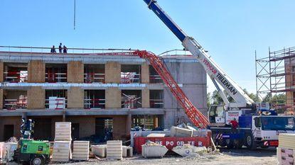 Bouwkraan valt tegen gevel van woonzorgcentrum in aanbouw