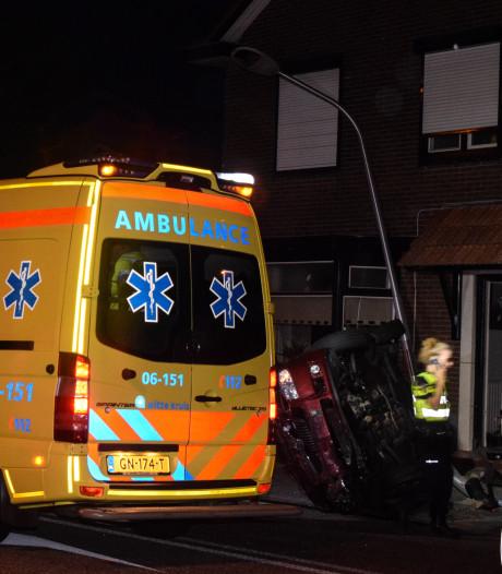 Auto belandt op zijkant en ramt lantaarnpaal bij ongeval in Halle