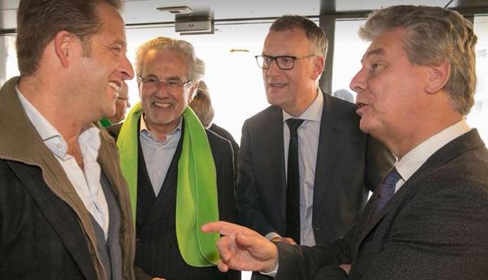 Burgemeester Janssen (tweede van rechts) luistert geamuseerd naar het onderhoud tussen minister De Jonge (links) en AB-wethouder Peter Smit, tijdens het campagnebezoek van de vicepremier aan De Vloet.