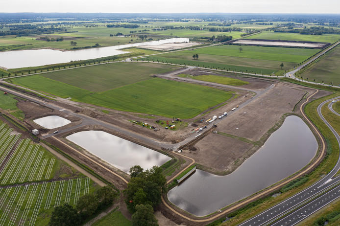 Op deze plek, pal aan de N36 en direct naast het zonnepark (links), moet een duurzaam bedrijvenpark verrijzen. De kavels zijn al in trek.