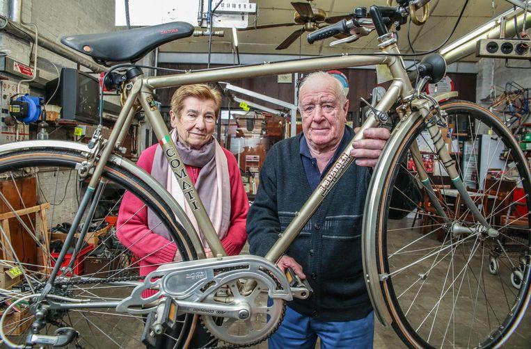 Hij wilde zo graag tot zijn 90ste levensjaar werken: fietsenmaker Roger Bostoen met zijn vrouw, Marleen Claeys. Rugproblemen dwingen hem om na 70 jaar te stoppen.