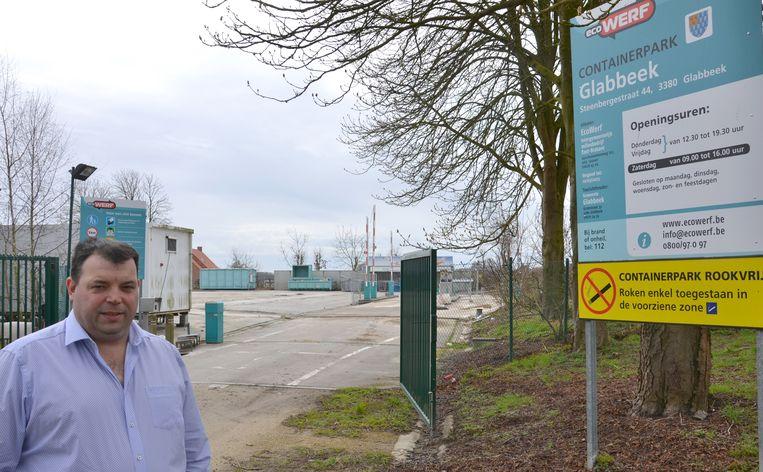 Glabbeek-eerste schepen Kris Vanwinkelen aan het containerpark