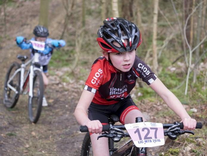 Jasmijn Bruin uit Zierikzee in actie tijdens de wedstrijd in Burgh-Haamstede. Ze kwam uit in de categorie 1.