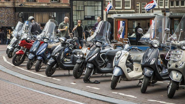 Geparkeerde scooters op het Koningsplein Beeld Floris Lok
