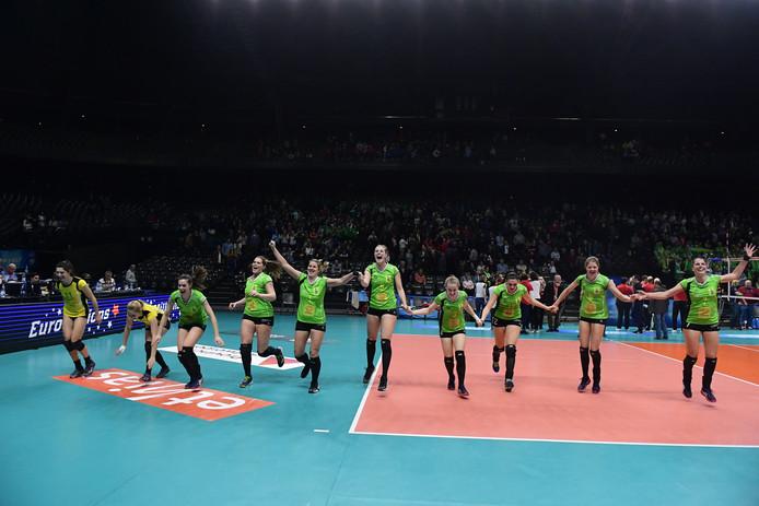 Lynn Blenckers (midden, springend op de achterlijn) viert de bekerwinst met haar ploeggenotes van Oostende.