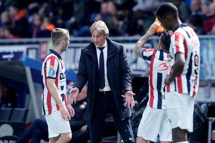 Adrie Koster geeft tips aan Daniel Crowley tijdens het duel met FC Emmen.