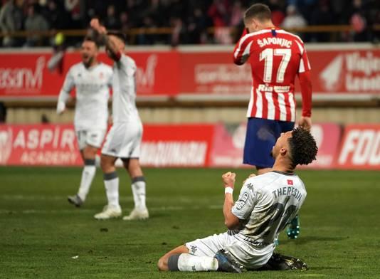 Verdediger Virgil Theresin van Cultural Leonesa gaat uit zijn dak na de zege op Atlético Madrid.