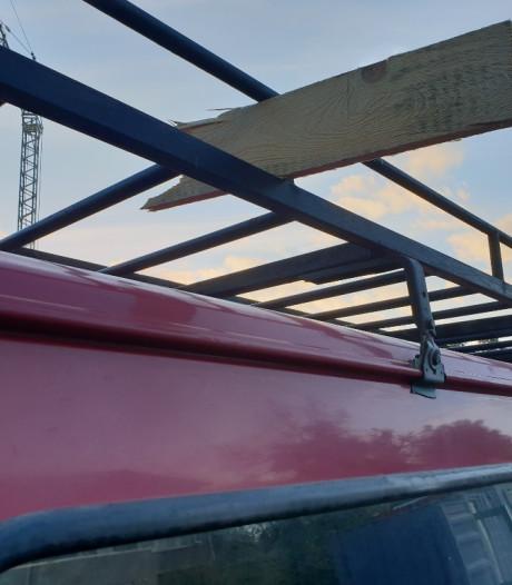Afgebroken houten plank knalt in Berkel-Enschot op voorruit van automobilist
