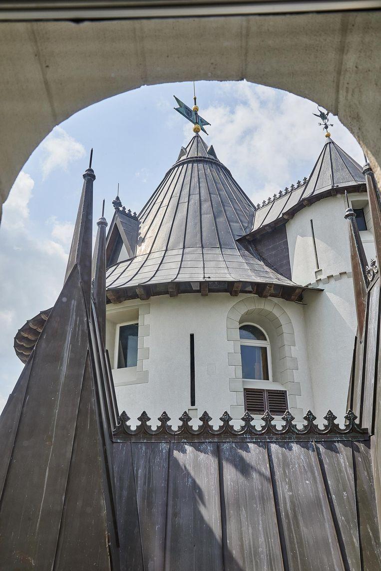 Gezicht op de zuidelijke toren van Gwynn Castle in Tennessee. Het 12-ton wegende koperen dak zal naar verloop van tijd groen worden. Beeld Theo Stielstra