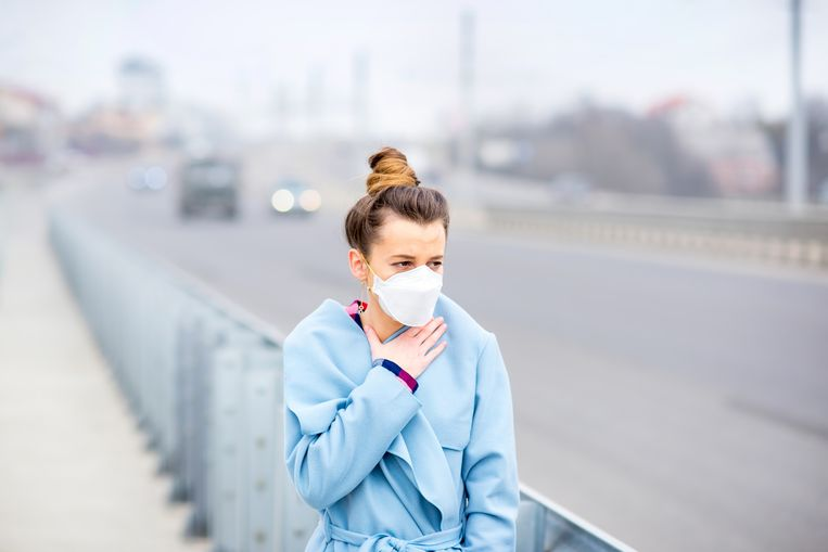 Eén op de vijf Vlamingen woont op een plek waar het verkeer de lucht zo hard vervuilt dat er gezondheidsrisico's zijn. En nog meer Vlamingen ademen de lucht op die plekken in, want het zijn druk bereden straten.