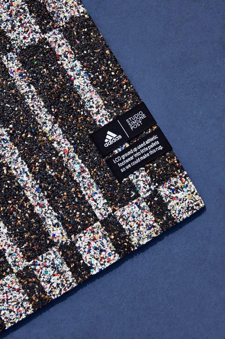 Simone Post maakte grafische vloerkleden van afgedragen Adidas-sneakers. Beeld Simone Post