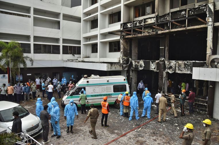 Reddingswerkers aan het getroffen hotel.