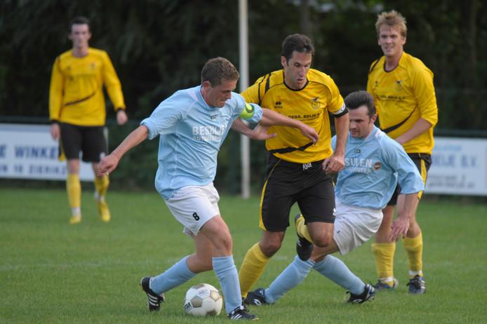 Ronald Zwager (midden) baant zich een weg door de defensie van Veere.