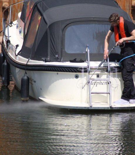 Heimachine lekt olie in IJssel bij Zutphen