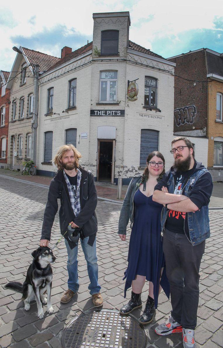 Vrijwilliger Sam Van Landuyt, penningmeester Claudia Lippo en voorzitter Sebastien Dessauvage voor de gevel, die ook volledig vernieuwd wordt.