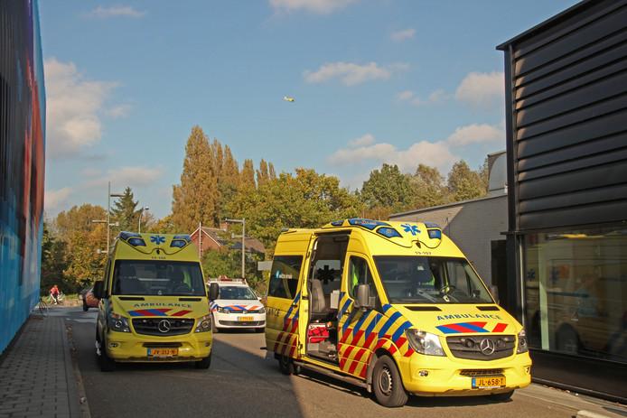 Ambulances bij zwembad Omnium in Goes. In de lucht een traumahelikopter.