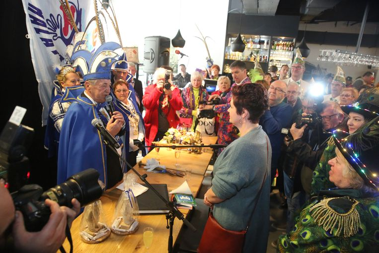 Anneke Corijn kreeg van voorzitter Jos Appelmans een van de twee Vaantjesboeren die uit uitreikte op de Pronkzitting.