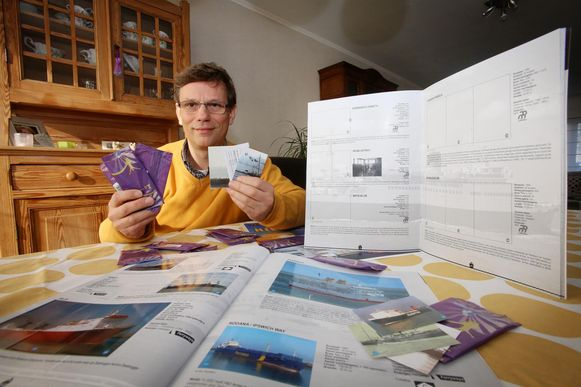 Danny Drooghenbroodt stelt trots het maritiem stickeralbum voor.