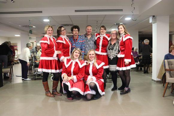 Het personeel woonde het concert bij in kerstoutfit.