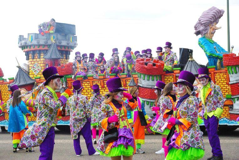De carnavalisten hebben intussen een nieuwe, vervangende praalwagen gekregen van hun collega's de Waterratten.
