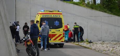 Duivenaar (17) zwaargewond door frontale botsing tegen muur
