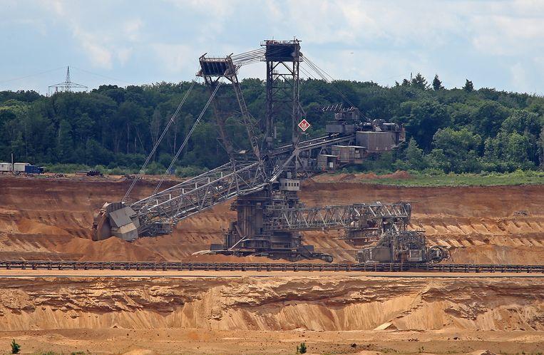 De ontginning van bruinkool in een open mijn voor het bos van Hambach.