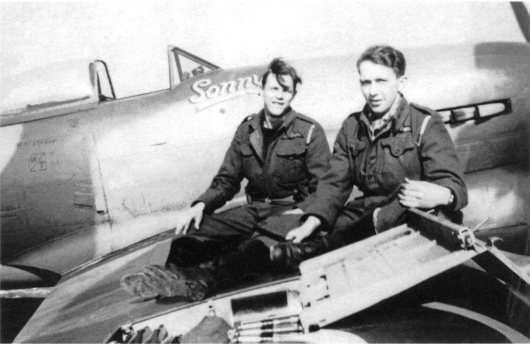 Keith Desmond Bodden (links), alias 'Sonny', en een collega bij de luchtmacht bij de Spitfire (ook onder).