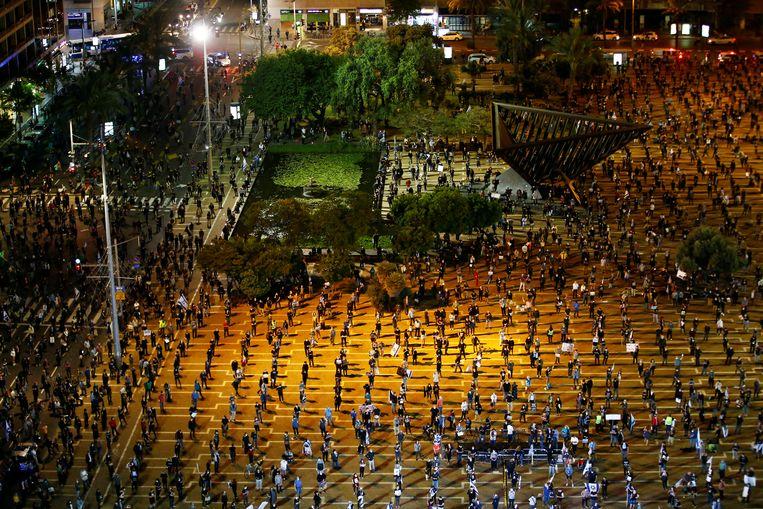 In Tel Aviv hielden demonstranten, die zich tegen premier Netanyahu richtten, afgelopen weekeinde de gepaste anderhalve meter afstand van elkaar.  Beeld Reuters