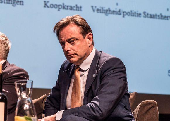 Bart De Wever maakt in zijn nieuwe boek 'Over Identiteit' een analyse van het begrip identiteit en wat het betekent voor Vlaanderen en voor Europa. Hij bestrijdt het idee dat alle normen- en waardenpatronen evenwaardig zouden zijn.