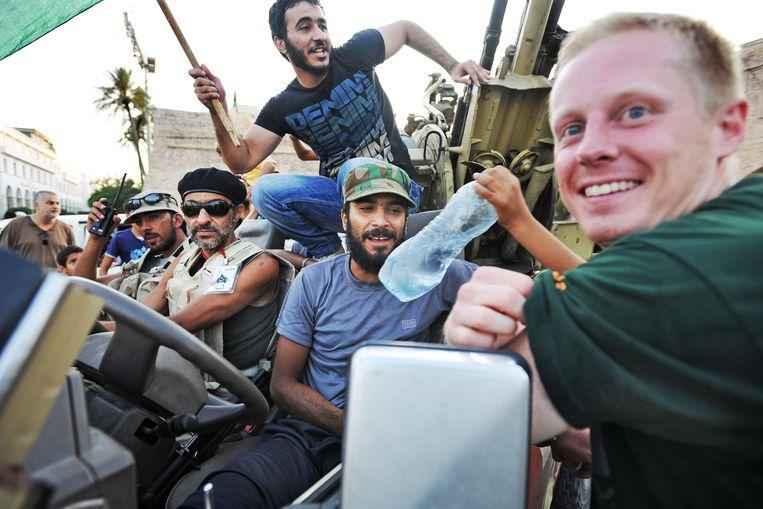 Remco Andersen ontmoet strijders uit Benghazi die hij al eerder tijdens de burgeroorlog leerde kennen. Beeld Guus Dubbelman / de Volkskrant