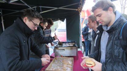 Universiteitscampus Brugge doneert opbrengst kerstmarkt aan aardappelboeren